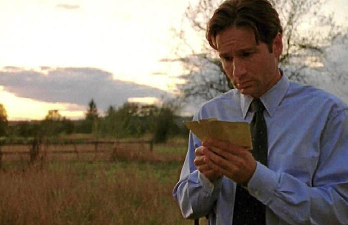 x-files-graphic-2-mulder-field-where-i-died